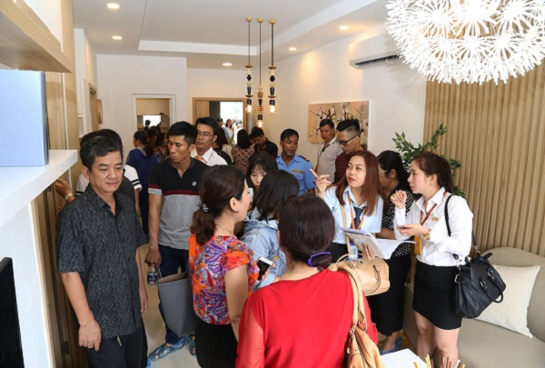 Khách hàng tham quan căn hộ mẫu Moonlight residences